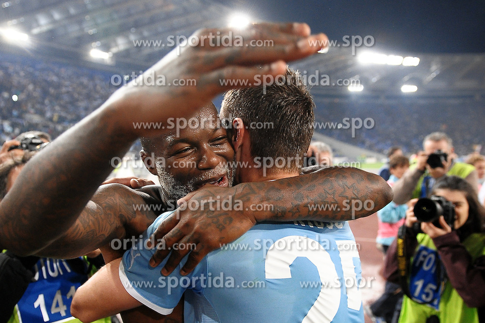 16.10.2011, Olympia Stadion, Rom, ITA, Serie A, Lazio Rom vs AS Rom, im Bild Esultanza Mirolav KLOSE e Djibril CISSE' a fine partita.Celebration // during Serie A football match between Lazio Rome and AS Rome at Olympic Stadium, Rome, Italy on 16/10/2011. EXPA Pictures © 2011, PhotoCredit: EXPA/ InsideFoto/ Andrea Staccioli +++++ ATTENTION - FOR AUSTRIA/(AUT), SLOVENIA/(SLO), SERBIA/(SRB), CROATIA/(CRO), SWISS/(SUI) and SWEDEN/(SWE) CLIENT ONLY +++++