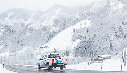 19.04.2017, Kaprun, AUT, Wintereinbruch in Salzburg, im Bild ein Kraftfahrzeug auf der Straße bei winterlichen Bedingungen // A car on the road in winter conditions, Kaprun, Austria on 2017/04/19. EXPA Pictures © 2017, PhotoCredit: EXPA/ JFK