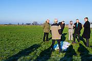 Koning Willem-Alexander tijdens het bezoek aan het natuurgebied Mooi Binnenveld. De koning bezoekt het project in het kader van de Samen Doen #krachtvansamen, dat burgerinitiatieven stimuleert. <br /> <br /> King Willem-Alexander during the visit to the nature area Mooi Binnenveld. The king visits the project in the context of the Samen Doen #krachtvansamen, which stimulates citizens' initiatives.
