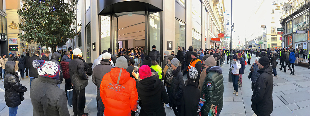 Finally, Vienna has its very own genuine Apple Store! Hundreds of Apple fanboys and -girls waited patiently for hours in sub-zero temperatures, lined up in waiting zones set up in Kärntner Straße pedestrian zone.