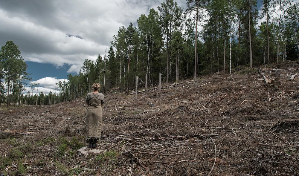 Porträtt av Maria Vildhjärta, träartist och skogsaktivist på kalhygge