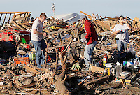 People salvage belongings from their tornado-ravaged homes in Moore, Oklahoma May 21, 2013. A massive tornado tore through a suburb of Oklahoma City, wiping out whole blocks and killing at least 24.   REUTERS/Rick Wilking (UNITED STATES)
