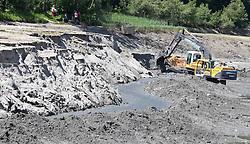 """25.05.2011, Klammsee, Kaprun, AUT, Klammsee Kaprun, Reinigungsarbeiten, im Bild Bagger und Schubraupen entfernen im Klammsee bei Kaprun die Schlammablagerungen, er dient dem Kraftwerk """"Klammsee"""" als Speicherteich, dieses gehört zum Kraftwerk Kaprun, dessen Betreiber die  Verbund-Austrian Hydro Power AG ist. , EXPA Pictures © 2011, PhotoCredit: EXPA/ J. Feichter"""