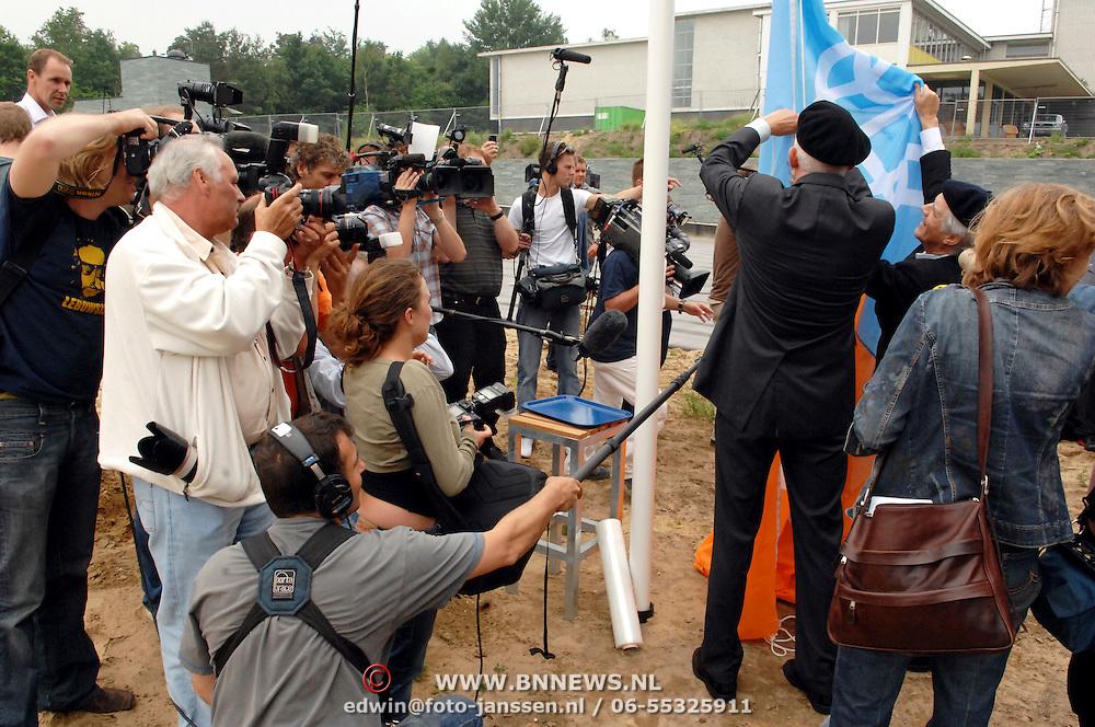 NLD/Hilversum/20070614 - Opening expositie Simplistisch Verbond, Van Kooten en De Bie: En wel hierom!, hijsen de vlag onder grote mediabelangstelling