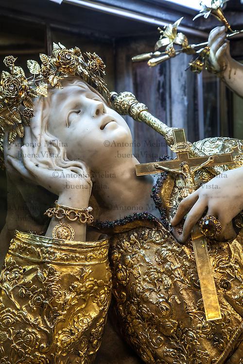 La statua in oro di Santa Rosalia all'interno del santuario posto sulla cima del Monte Pellegrino a Palermo.