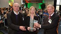 AMSTERDAM - Nationaal Golf Congres & Beurs 2015. NVG-voorzitter Tinus Vernooi overhandigt de NGF award aan John van Hoesen, de voorzitter van de Nederlandse Greenkeepers Associatie. FOTO KOEN SUYK
