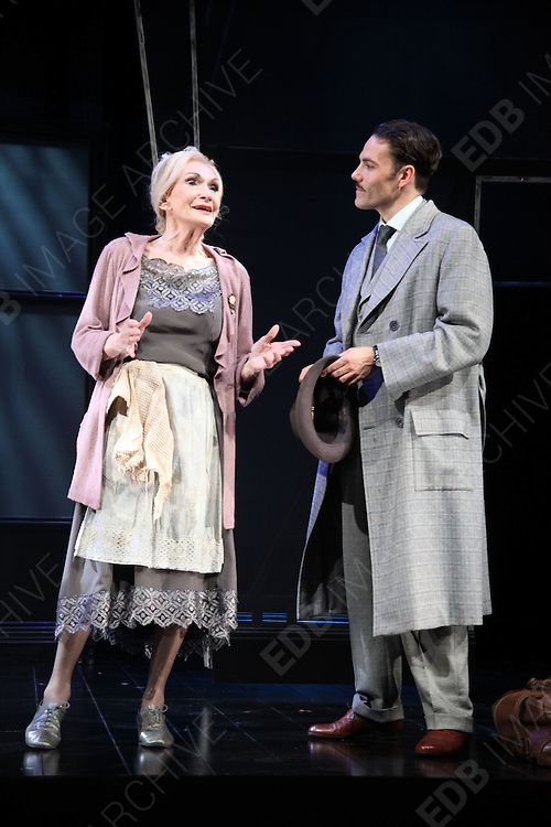 08.OCTOBER.2012. LONDON<br /> <br /> PHOTOCALL FOR CABARET AT THE SAVOY THEATRE, LONDON<br /> <br /> BYLINE: EDBIMAGEARCHIVE.CO.UK<br /> <br /> *THIS IMAGE IS STRICTLY FOR UK NEWSPAPERS AND MAGAZINES ONLY*<br /> *FOR WORLD WIDE SALES AND WEB USE PLEASE CONTACT EDBIMAGEARCHIVE - 0208 954 5968*