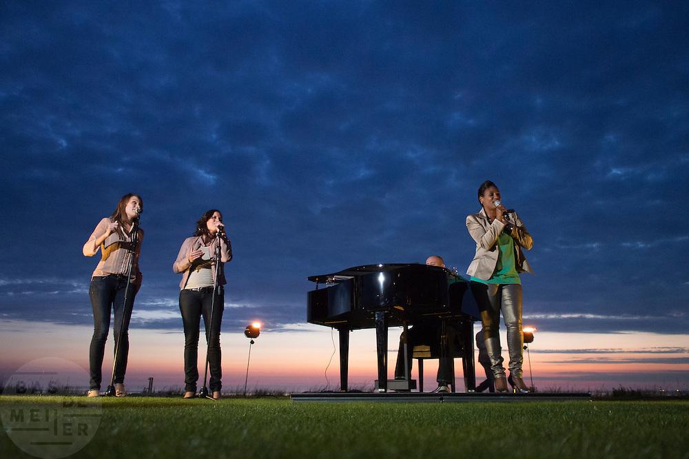 Optreden van Edsilia Rombley aan de kust bij Noordwijk aan Zee ter gelegenheid van 25 jaar Canon EOS.<br /> <br /> Edsilia Rombley is singing at a party in Noordwijk aan Zee.