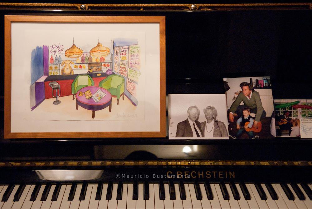 Das Orchester probt, Der junge Kako mit Saxophon, Bummel und Pello mit Geige, Melody.mit Vater Heinz, der alte Kako mit Akkordeon, Clemens Rating mit Gitarre