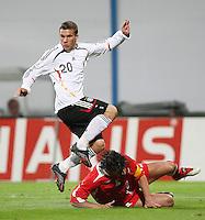Fussball International Laenderspiel Testspiel Deutschland 2-0 Georgien Lukas podolski (GER,oben) gegen Kakda Kaladze (GEO)