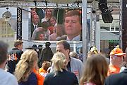 Nederland, Nijmegen, 30-4-2013, 30 aprilScherm met beelden van de kroning van koning Willem-Alexander. Op een plein bij cafes te zien dat Koningin Beatrix afscheid nam en Prins Willem-Alexander koning werd.Foto: Flip Franssen