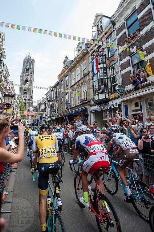 Het peloton rijdt door de Zadelstraat op weg naar de Domtoren. In Utrecht is de tweede etappe vanTour de France van start gegaan.<br /> <br /> The riders pass the Zadelstraat. In Utrecht the second stage of the Tour de France has started