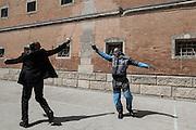 """Nel carcere di Volterra, lo spettacolo coi detenuti attori della compania della Fortezza. Tratto da """"Romeo e Giulietta - Mercuzio non vuole morire"""" di W. Shakespeare, regia Armando Punzo.Il regista con un attore all'inizio di uno spettacolo"""