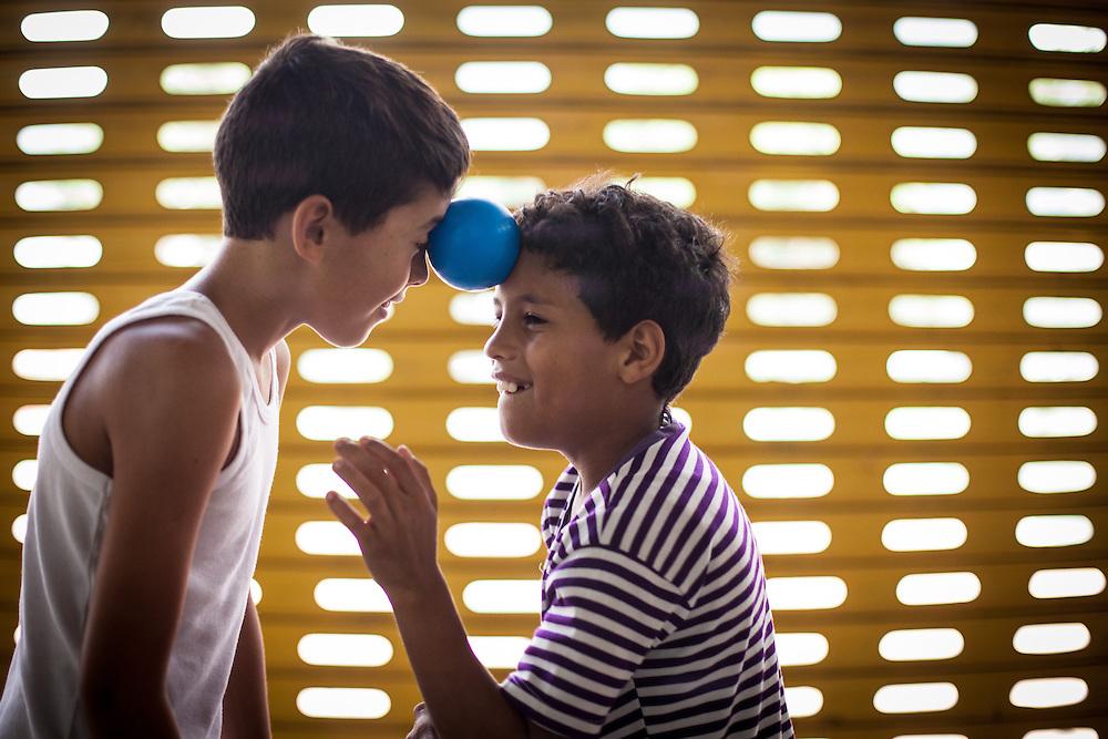 Niños del Barrio San Miguel de La Vega juegan con los jóvenes del programa Casa Universitaria Padre Alberto Hurtado (CUPAH). Caracas, Nov. 16, 2013 (Foto/Ivan Gonzalez)