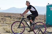 Ben Goodall uit Australie is bezig met zijn warming up. In Battle Mountain (Nevada) wordt ieder jaar de World Human Powered Speed Challenge gehouden. Tijdens deze wedstrijd wordt geprobeerd zo hard mogelijk te fietsen op pure menskracht. Ze halen snelheden tot 133 km/h. De deelnemers bestaan zowel uit teams van universiteiten als uit hobbyisten. Met de gestroomlijnde fietsen willen ze laten zien wat mogelijk is met menskracht. De speciale ligfietsen kunnen gezien worden als de Formule 1 van het fietsen. De kennis die wordt opgedaan wordt ook gebruikt om duurzaam vervoer verder te ontwikkelen.<br /> <br /> Ben Goodall of Australia is warming up.In Battle Mountain (Nevada) each year the World Human Powered Speed Challenge is held. During this race they try to ride on pure manpower as hard as possible. Speeds up to 133 km/h are reached. The participants consist of both teams from universities and from hobbyists. With the sleek bikes they want to show what is possible with human power. The special recumbent bicycles can be seen as the Formula 1 of the bicycle. The knowledge gained is also used to develop sustainable transport.
