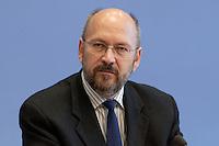 07 OCT 2004, BERLIN/GERMANY:<br /> Franz-Josef Moellenberg, Vorsitzender Gewerkschaft Nahrung-Genuss-Gaststaetten, NGG, waehrend einer Pressekonferenz, Bundespressekonferenz<br /> IMAGE: 20041007-01-076<br /> KEYWORDS: Franz-Josef Möllenberg