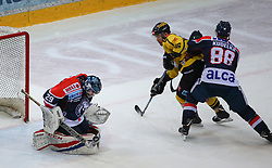 19.01.2018, Albert Schultz Halle, Wien, AUT, EBEL, Vienna Capitals vs KHL Medvescak Zagreb, 41. Runde, im Bild Vilim Rosandic (KHL Medvescak Zagreb), MacGregor Sharp (UPC Vienna Capitals) und Tomas Kudelka (KHL Medvescak Zagreb) // during the Erste Bank Icehockey League 41st Round match between Vienna Capitals and KHL Medvescak Zagreb at the Albert Schultz Ice Arena, Vienna, Austria on 2018/01/19. EXPA Pictures © 2018, PhotoCredit: EXPA/ Thomas Haumer