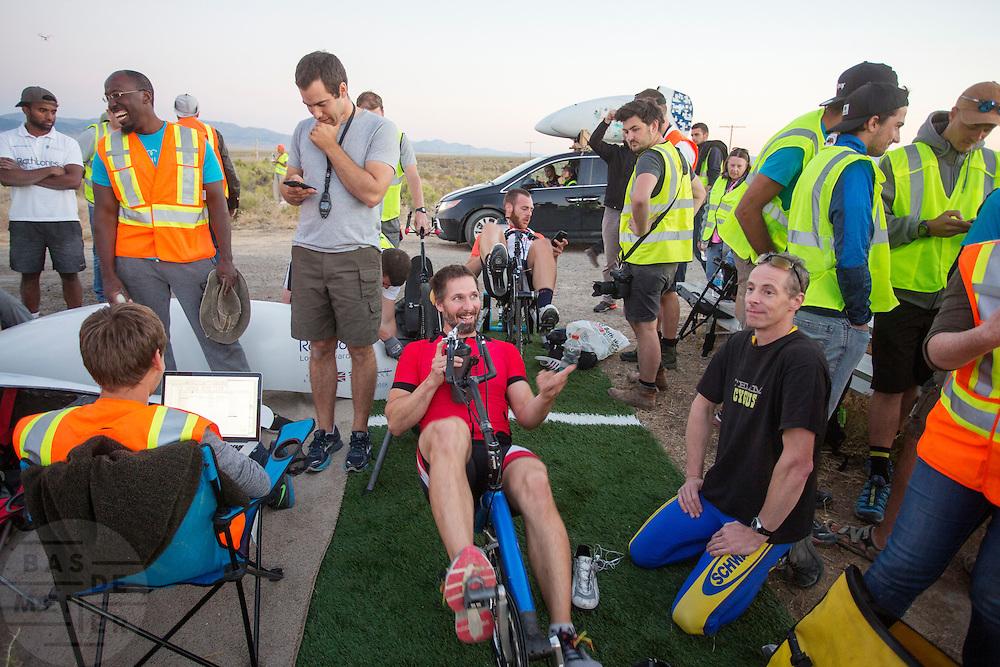 De Canadees Todd Reichert heeft zijn eigen wereldrecord verbroken tijdens de derde dag van de races. Hij rijdt 88,26 mph (142 km/h). Nog tijdens het uitrijden bekijkt zijn team de data. In Battle Mountain (Nevada) wordt ieder jaar de World Human Powered Speed Challenge gehouden. Tijdens deze wedstrijd wordt geprobeerd zo hard mogelijk te fietsen op pure menskracht. Het huidige record staat sinds 2015 op naam van de Canadees Todd Reichert die 139,45 km/h reed. De deelnemers bestaan zowel uit teams van universiteiten als uit hobbyisten. Met de gestroomlijnde fietsen willen ze laten zien wat mogelijk is met menskracht. De speciale ligfietsen kunnen gezien worden als de Formule 1 van het fietsen. De kennis die wordt opgedaan wordt ook gebruikt om duurzaam vervoer verder te ontwikkelen.<br /> <br /> In Battle Mountain (Nevada) each year the World Human Powered Speed Challenge is held. During this race they try to ride on pure manpower as hard as possible. Since 2015 the Canadian Todd Reichert is record holder with a speed of 136,45 km/h. The participants consist of both teams from universities and from hobbyists. With the sleek bikes they want to show what is possible with human power. The special recumbent bicycles can be seen as the Formula 1 of the bicycle. The knowledge gained is also used to develop sustainable transport.