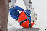 A goalkeeper places the ball on the sand at the Mundialito de Clubes 2015 - Foto: Marcello Zambrana/Divulgação