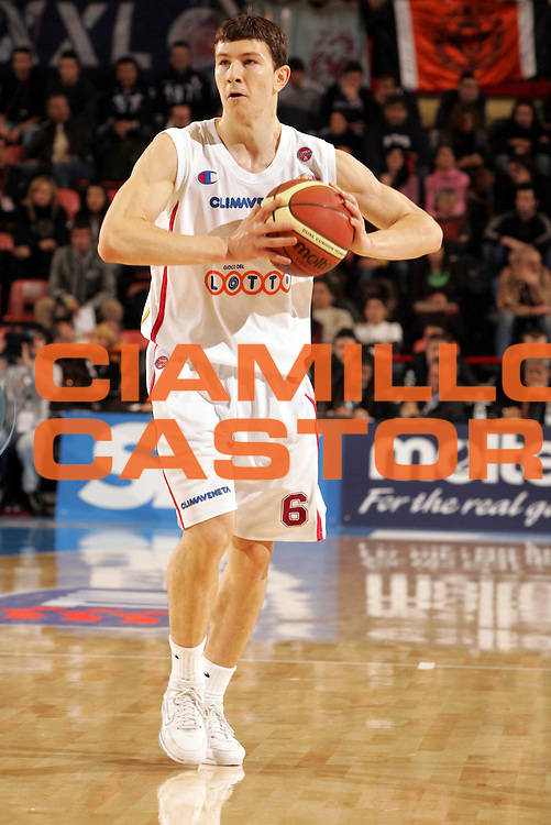 DESCRIZIONE : Forli Lega A1 2005-06 Copps Italia Final Eight Tim Cup Climamio Fortitudo Bologna Lottomatica Virtus Roma<br />GIOCATORE : Ilievski<br />SQUADRA : Lottomatica Virtus Roma<br />EVENTO : Campionato Lega A1 2005-2006 Coppa Italia Final Eight Tim Cup Quarti Finale<br />GARA : Climamio Fortitudo Bologna Lottomatica Virtus Roma<br />DATA : 16/02/2006<br />CATEGORIA : Palleggio<br />SPORT : Pallacanestro<br />AUTORE : Agenzia Ciamillo-Castoria/Paolo Lazzeroni
