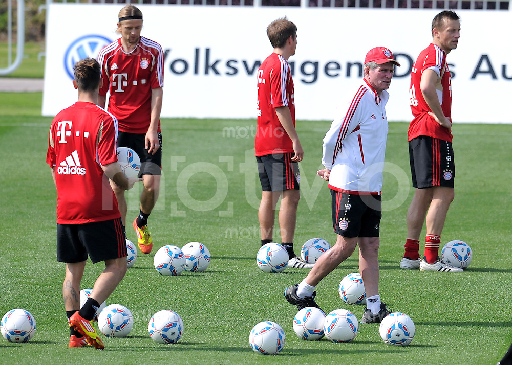 Fussball 1. Bundesliga:  Saison   2011/2012    Winter Trainingslager des FC Bayern Muenchen  05.01.2012 Trainer Jupp Heynckes (re)