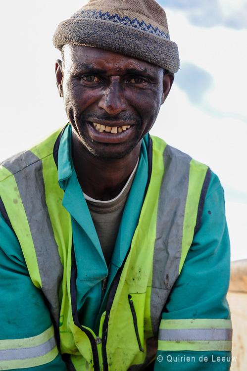 Portret van een door het zware werk gefrustreerde constructie werker, WK Zuid Afrika