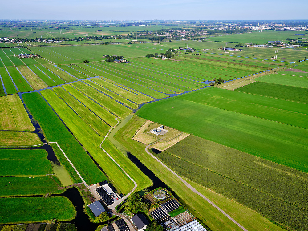 Nederland, Zuid-Holland, Bent, 14-09-2019. Polder Groenendijk, midden in het Groene Hart (ten Westen van Leiden). Boortunnel van de hogesnelheidslijn doorkruist dit gebied ondergronds, de gebouwen maken onderdeel uit van de zogenaamde vluchtschacht, de nooduitgang.<br /> The drill tunnel of the high-speed train (HST) runs through this underground area, the buildings are part of the so-called flight shaft, the emergency exit<br /> luchtfoto (toeslag op standard tarieven);<br /> aerial photo (additional fee required);<br /> copyright foto/photo Siebe Swart