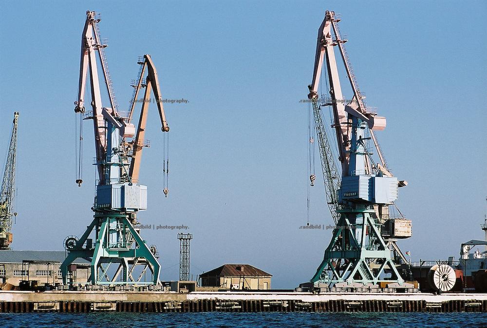 Die veralteten Anlagen des Hafens der aserbaidschanischen Hauptstadt Baku...Old cranes in the port of Baku, Aserbaijan.