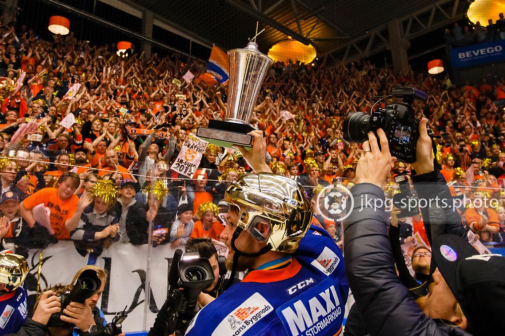 150423 Ishockey, SM-Final, V&auml;xj&ouml; - Skellefte&aring;<br /> Alexander Johansson, V&auml;xj&ouml; Lakers Hockey lyfter pokalen &quot;Le Mat&quot; inf&ouml;r supportrarna.<br /> &copy; Daniel Malmberg/Jkpg sports photo