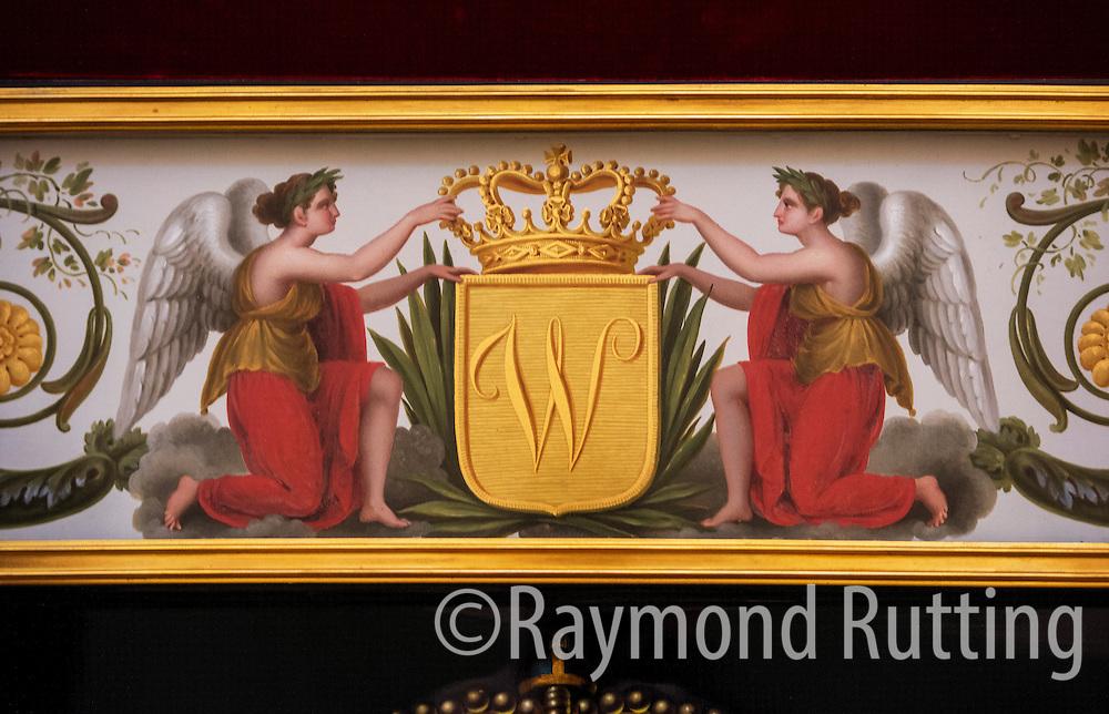 Den haag- de glazen koets in de koninklijke stallen. decoratie op de buitenkant van de koets . foto raymond rutting photography