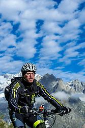 15-09-2017 ITA: BvdGF Tour du Mont Blanc day 6, Courmayeur <br /> We starten met een dalende tendens waarbij veel uitdagende paden worden verreden. Om op het dak van deze Tour te komen, de Grand Col Ferret 2537 m., staat ons een pittige klim (lopend) te wachten. Na een welverdiende afdaling bereiken we het Italiaanse bergstadje Courmayeur. Thijs