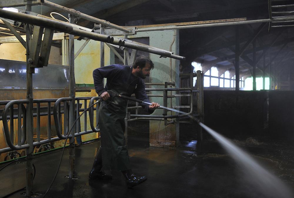 07/05/15 - SAINT BONNET DE CHIRAC - LOZERE - FRANCE - GAEC des Bleuets, elevage mixte bovin/ovin lait. Nettoyage de la salle de traite - Photo Jerome CHABANNE