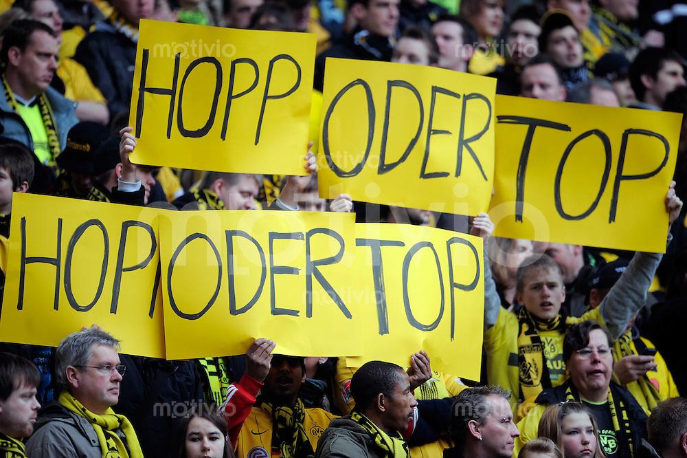 Fussball  1. Bundesliga  Saison 2008/2009    22. ST    28.02.2009   Borussia Dortmund - 1899 Hoffenheim FAns halten ein Plakat mit der Aufschrift Hopp oder Top in die Luft.