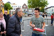 ZALTBOMMEL - Midden op de Markt in Zaltbommel staat de Eigen Huis & Tuin Klus Container. Met hier op de foto  Thomas Verhoef. FOTO LEVIN DEN BOER - PERSFOTO.NU