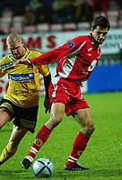 Paul Scharner, Brann. Kasey Wehrmann, Lillestrøm.<br /> <br /> Fotball. Tippeligaen 2004. Lillestrøm - Brann. 30. oktober 2004. (Foto: Peter Tubaas/Digitalsport).
