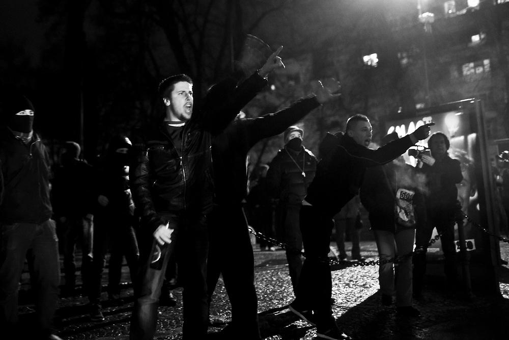 30.11.2012, demonstracije drzavljanov in drzavljank Slovenije proti aktualni vladi Janeza Janse in slovenski politiki nasploh zaradi svoje nesposobnosti dojeti in razumeti lastne ljudi, ki zelijo le pravno in socialno drzavo. Protesti so potekali mirno dokler ni na prizorisce vstopila velika skupina nasilnezev ter jih s svojimi dejanji in provokacijami spremenila v nasilne proteste. Na pozive ostalih protestnikov, da se umirijo, niso reagirali. Policija je na provokacije odgovorila s solzilcem in fizicno silo, pozneje so poklicali tudi vodni top in helikopter, Kongresni trg 12, Trg republike, Ljubljana, foto: IFP