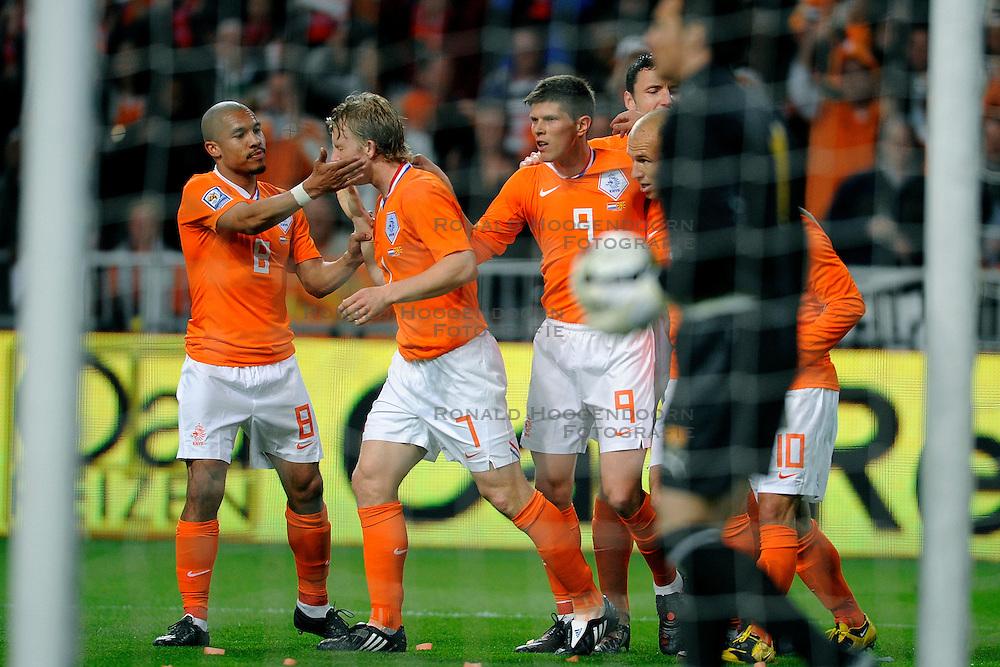 01-04-2009 VOETBAL: WK KWALIFICATIE NEDERLAND - MACEDONIE: AMSTERDAM<br /> Nederland wint met 4-0 van Macedonie / Dirk Kuyt scoort de 1-0 en wordt gefeliciteerd door  Wesley Sneijder, Nigel de Jong, Arjen Robben en Klaas Jan Huntelaar<br /> &copy;2009-WWW.FOTOHOOGENDOORN.NL