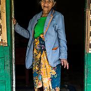 Dorpsbewoonster poseert in het Preanger berggebied van West-Bandung, Java.