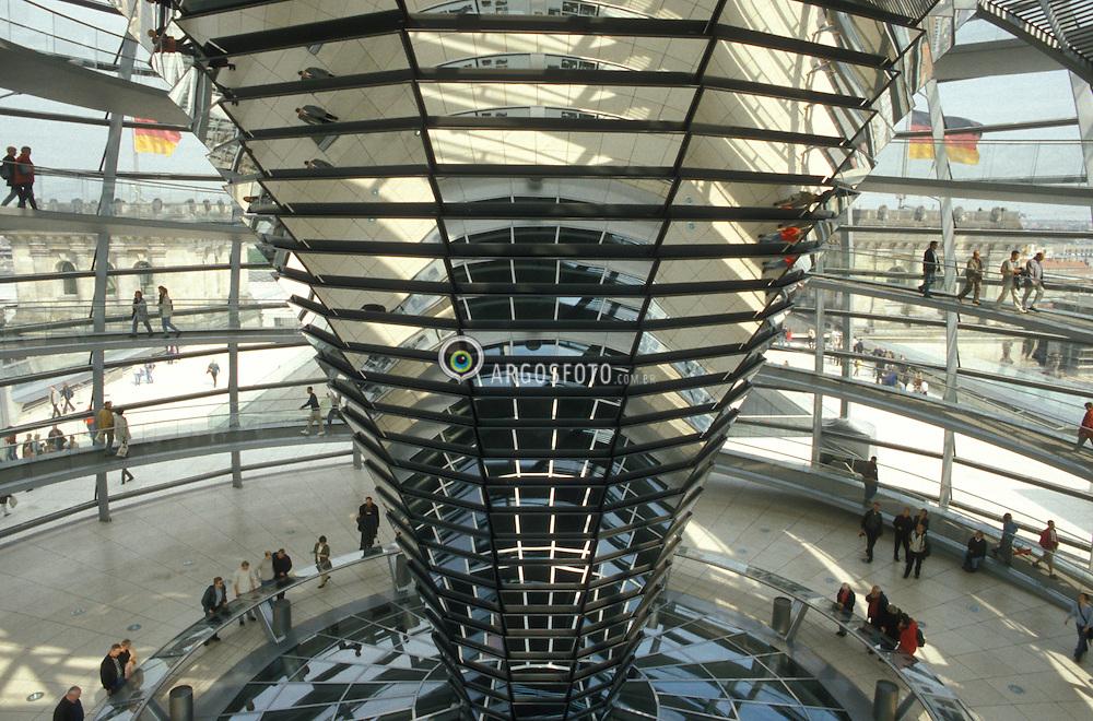 Berlin,Alemanha.abril/2002..Reichstag, Parlamento Alemao.Cupula de vidro projetada pelo  desing Norman Foster..Foto Adri Felden/Argosfoto