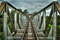Ponte da estrada de ferro sobre o rio Ibirapuitã, próximo da Termoeléctrica, de onde se pode ver ao longe as curvas do rio serpenteando planícies do Alegrete. FOTO: Jefferson Bernardes / Preview.com