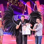 NLD/Hilversum/20130209 - Finale Sterren Dansen op het IJs 2013, Jan Smit reikt  Gerard Joling een gouden plaat uit