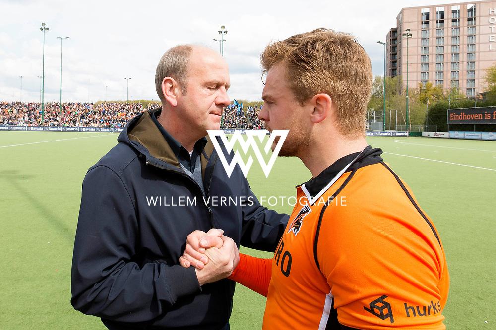 Eindhoven - OZ - HGC Heren, Hoofdklasse Hockey Heren, Seizoen 2015-2016, 30-04-2016, OZ - HGC, Coach OZ Michel van den Heuvel en Mink van der Weerden wensen elkaar succes.