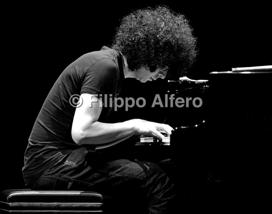 &copy; Filippo Alfero<br /> Giovanni Allevi dirige l'orchestra Rai che suona l'Inno di Mameli - serata di presentazione<br /> Torino, 31/01/2011<br /> spettacolo<br /> Nella foto: Giovanni Allevi