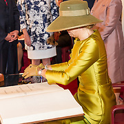 LUX/Luxemburg/20180523 - Staatsbezoek Luxemburg dag 1,  Koningin Maxima tekent het gastenboek