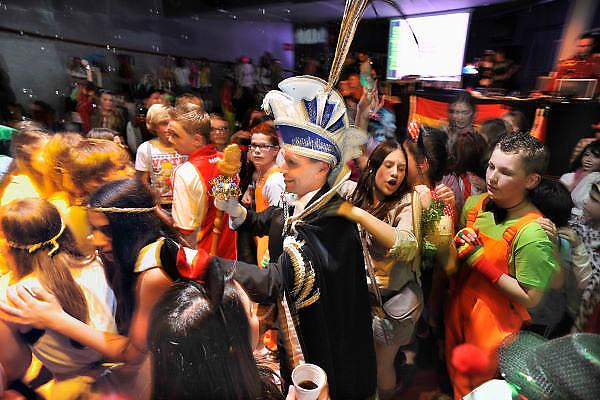 Nederland, Venlo, 16-2-2012Prins Carnaval, Abbie Chalgoum, van VG de Vaegers, Vastelaovond Gezelschap de Vaegers. Prins Ab 1 is de eerste carnavalsprins van Marokkaanse afkomst.Deze avond gaat hij met zijn kabinet, adjudanten , vorst en page, naar het Valuas college waar een carnavalsdisco gehouden wordt.Foto: Flip Franssen/Hollandse Hoogte
