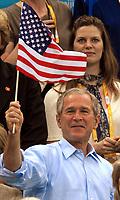OL 2008<br /> Foto: Inside/Digitalsport<br /> NORWAY ONLY<br /> <br /> 10.08.2008<br /> <br /> George Bush, presidente degli Stati Uniti sventola una bandiera americanda dopo la vittoria di Michael Phelps nei 400 metri.<br /> United States President George Bush, waves a flag, after the winner of Michael Phelps
