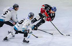 21.02.2018, Tiroler Wasserkraft Arena, Innsbruck, AUT, EBEL, HC TWK Innsbruck die Haie vs EHC Liwest Black Wings Linz, 5. Platzierungsrunde, im Bild v.l.: Jonathan D'Aversa (EHC Liwest Black Wings Linz), Marc-Andre Dorion (EHC Liwest Black Wings Linz) und Hunter Bishop (HC TWK Innsbruck  die Haie) // during the Erste Bank Erste Bank Icehockey 5th placement round match between HC TWK Innsbruck  die Haie and EHC Liwest Black Wings Linz at the Tiroler Wasserkraft Arena in Innsbruck, Austria on 2018/02/21. EXPA Pictures © 2018, PhotoCredit: EXPA/ Jakob Gruber