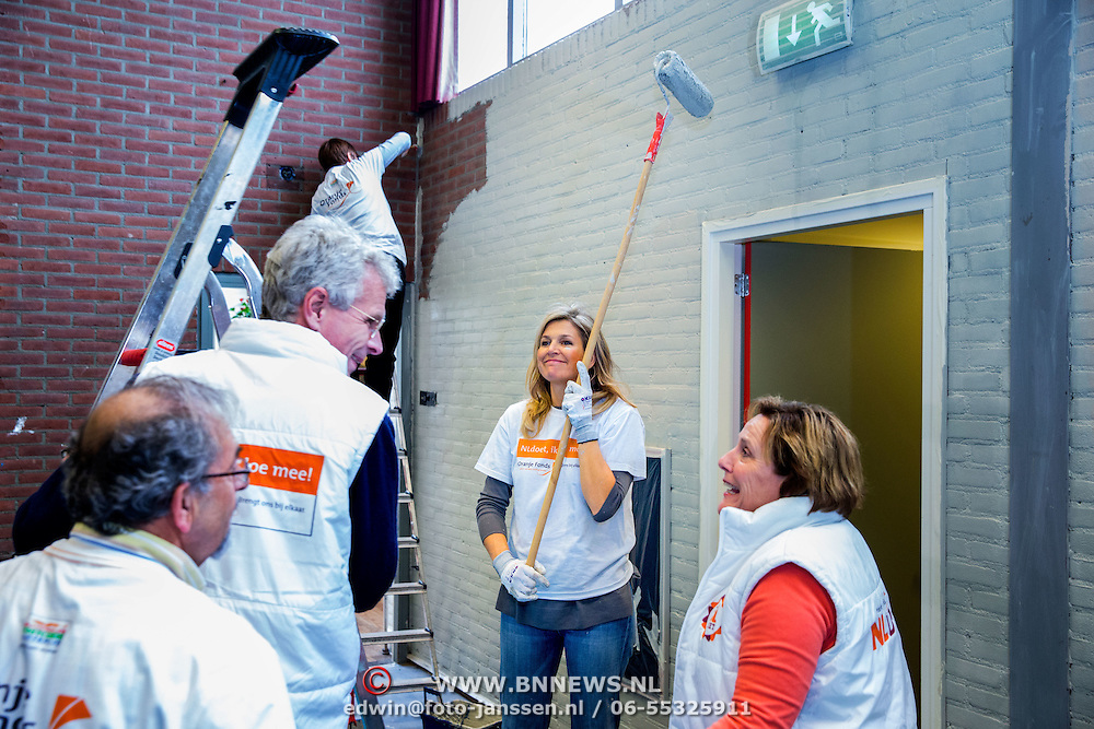 Koninklijke Familie neemt deel aan NLdoet, de landelijke vrijwilligersdagen van het Oranje Fonds. // Royal Family participates in NLdoet, the national volunteer days of the Orange Fund.<br /> <br /> Op de foto / On the photo:  Koningin Maxima helpt bij het witten van een muur in de sportruimte van het dorpshuis van het Gelderse dorp Tricht  ///  Queen Maxima helps in whitening of a wall in the gymnasium of the village house of the Gelderland town Tricht