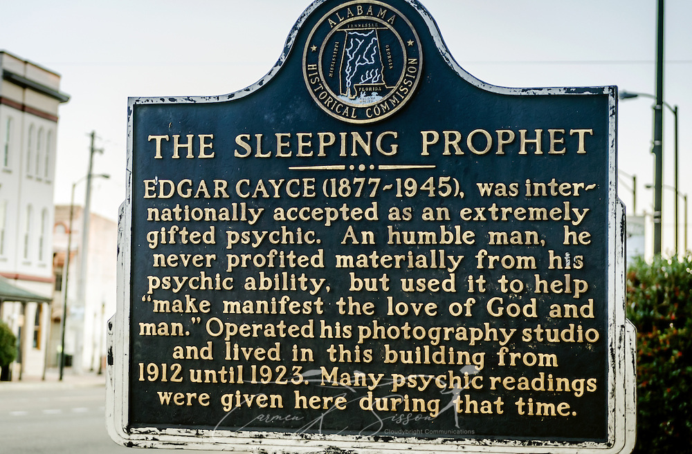 """A historic marker from the Alabama Historical Commission is located outside a building on Broad Street, Feb. 14, 2015, in Selma, Alabama. Edgar Cayce, a photographer and psychic known as """"The Sleeping Prophet,"""" lived in the building from 1912 to 1923. (Photo by Carmen K. Sisson/Cloudybright)"""