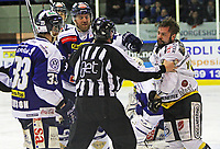 Ishockey , <br /> GET-ligaen , <br /> NM finale , <br /> Sparta v Stavanger ,  <br /> 31.03.2011 , <br /> Mat Robinson gir  Teemu Virtala en midt på tryne , <br /> Foto: Thomas Andersen / Digitalsport ,